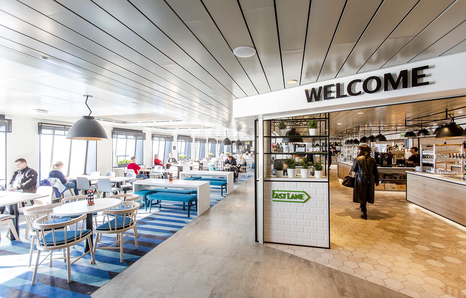 Tallink Megastarin Fast Lane -ravintola on lasten leikkipaikan lähellä.