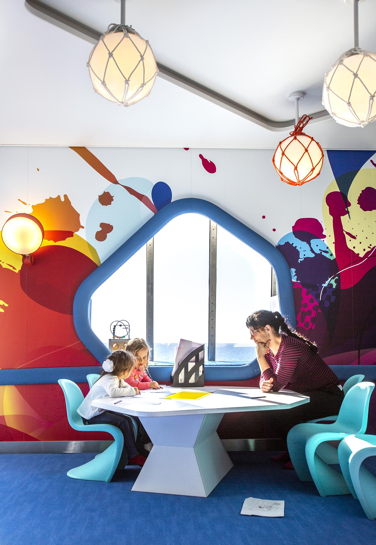 Tallink Megastarin lasten leikkipaikalla on valoa ja avaruutta.
