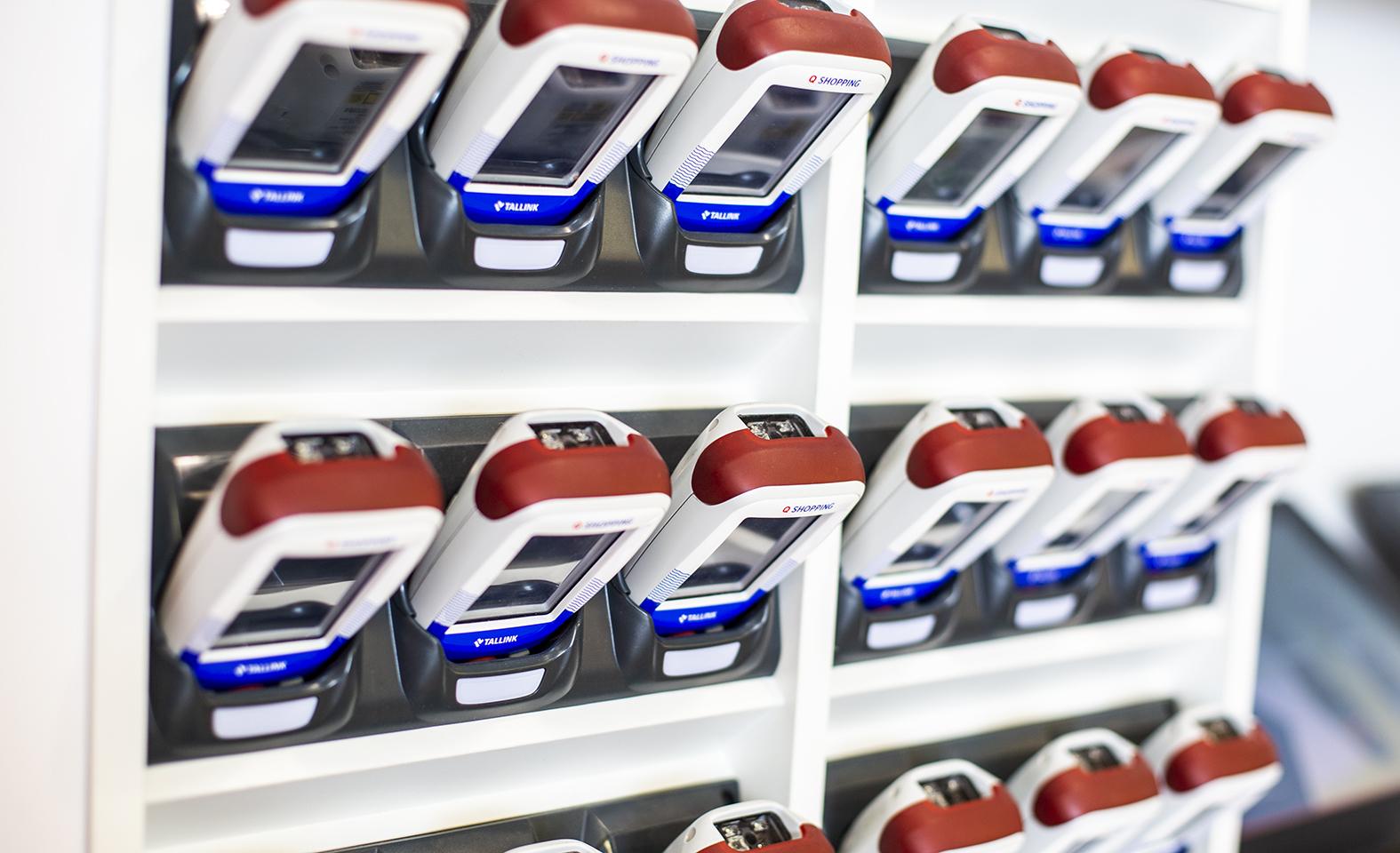 Tallinkin kaupoissa voi ostoksensa skannata itse lukulaitteella ja käyttää sen jälkeen itsepalvelukassaa.