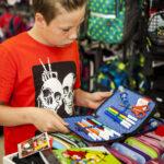 Valmiiksi täytetty penaali vai ei? Weeti Tiihosella ja muilla koululaisilla on valinnanvaraa Tallinnan koulutarvikekaupoissa.