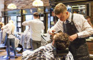 Tallinnan keskustassa sijaitseva parturiliike Lumberjack Barbershop on täysin miesten maailma.