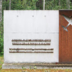 Neljä suomalaista sotilasta menehtyi 1943 lentokoneen maahansyöksyssä Saulkrastissa. Paikalle pystytettiin muistomerkki 2013.