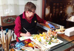 Marsipaanitaiteilija Külli Mihkla tekee Maiasmokkissa makeaa taidetta.