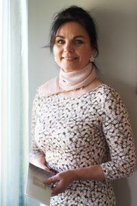 Johtaja Aili Lindmäe uskoo ihmisen kokonaisvaltaiseen hoitoon.