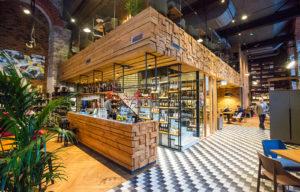 Ravintola R14 löytyy viime aikoina kovasti kehittyneeltä Rotermannin alueelta.