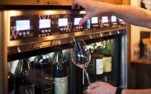 Time to Wine -ravintolan viinintarjoilulaitteesta saa valita haluamansa kokoisen viiniannoksen.