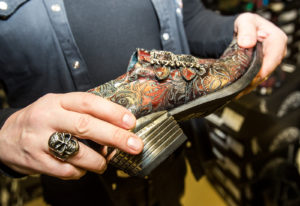Hanno Koljak esittelee kenkämallia, joka on tällä hetkellä miesten malliston myydyimpiä.