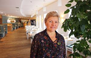 Hotellin johtaja Aime Vilgas iloitsee uudesta, valoisasta ravintolasta.