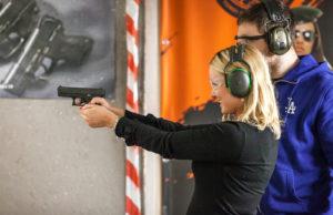 Ammuntatilanteessa ohjaaja seisoo aina ampujan oikean olan takana.