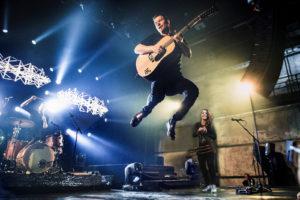 Vuoden yhtyeeksi tammikuussa valittu Trad.Attack! on Virossa huippusuosittu. Yhtyeen muodostavat kitaristi-laulaja Jalmar Vabarna (vasemmalla), laulaja-säkkipillisti-huilisti Sandra Vabarna ja rumpali Tõnu Tubli.