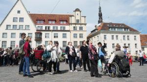 Esteettömään matkailuun erikoistunut Accessible Baltics -yritys vie retkelle vaikka Vanhaankaupunkiin tai metsäpolulle.
