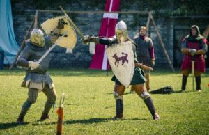 Keskiaikaisiin varusteisiin pukeutuneita miekanheiluttajia tulee Tallinn Cup -turnajaisiin Suomen lisäksi Israelista ja Kiinasta saakka.