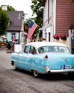 Крупнейшая в странах Балтии выставка ретро-авто проходит в древних стенах Хаапсалуского замка.
