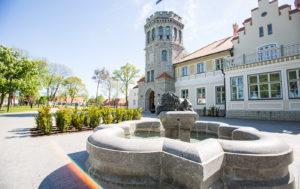 Maarjamäen linnassa on myös kahvila ja ulkoterassi.