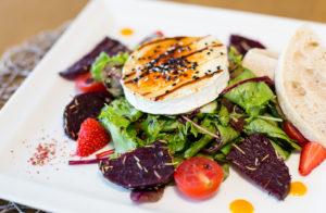 Jos kalaruuat eivät jostain syystä maittaisi, Sardiinid-ravintolasta saa myös kauniita ja herkullisia salaatteja.