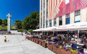 Wabadus-ravintolan terassilla voi aistia aitoa kaupunkielämää komeassa maisemassa.