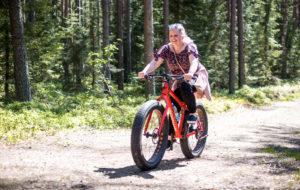 Läskipyörällä eli fatbikella on mukava polkea alueen mäkisessä maastossa.