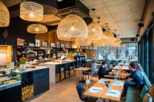 OKO:n tyylikäs uusi ravintola sijaitsee aivan meren rannassa.