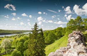 Maisema Viljandin linnanmäeltä on komea. Alhaalla siintää Viljandijärvi, jonka voi kiertää ulkoilureittiä pitkin.
