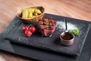 Meatin liha-annosten oheen voi valita haluamansa kastikkeen ja lisäkkeen.