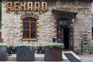 One Sixty -ravintolan kyltti on huomaamaton. Renard on ravintolan ohessa toimiva moottoripyöräkorjaamo.