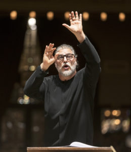 Maailmankuulun tenorin ja kapellimestarin José Curan voi nähdä johtamassa Estonia-teatterin Lännen tyttö -oopperaa.