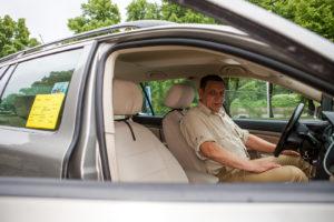 Hinnaston kuuluu olla näkyvissä taksin takaikkunassa ja auton sisällä.