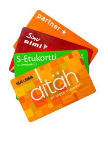 Kanta-asiakaskortti on käytössä kaikilla ruokakauppaketjuilla. Suomalainen S-etukortti toimii myös Viron puolella.