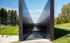 Mustien muurien sisäpinnoilla on 22 000 kommunismin uhrin nimi.