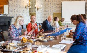 Testikakkuja maisteltiin lähetystöresidenssin suurimmassa huoneessa, ruokasalissa.