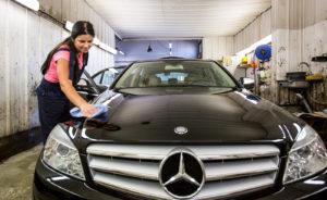 Huollon yhteydessä Alert Autosta voi tilata sisä- ja ulkopesun tai maalipinnan pinnoituksen.