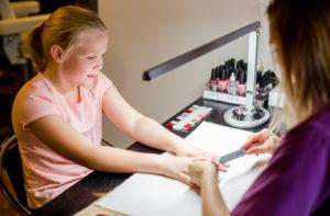 Lasten manikyyrissä kynnet viilataan ja kynsinauhat siistitään ennen lakkausta.
