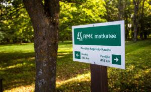 Reippailijalle ja retkeilijälle haastetta tarjoaa RMK:n Matkatee-luontoreitti, joka kulkee puiston kautta.