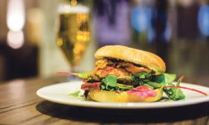 Jäniksenlihalla ja savujuustolla täytetty hampurilainen vie varmasti nälän.