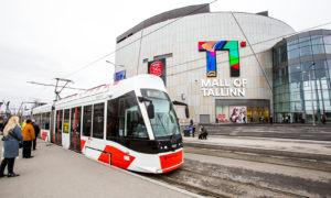 У главного входа нового торгового центра останавливается трамвай номер 4.