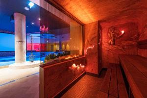 Rakkauden luola -nimisestä saunasta aukeaa näkymä kylpylän allasalueelle.