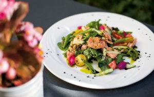 Lohisalaatti on yksi ruokalistan suosikkiannoksista.