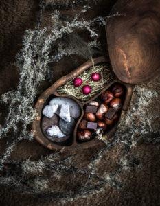 Jälkiruoan käsintehdyt makeiset ovat näyttävässä puuastiassa.