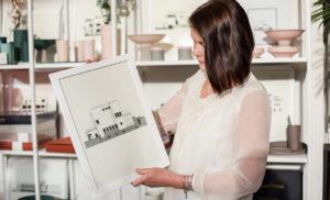 Lea Rosbäck ihastui graafisiin tauluihin, joihin on kuvattu virolaisia funkistaloja. Estonianwallartin tauluja on myynnissä Tali-liikkeessä.
