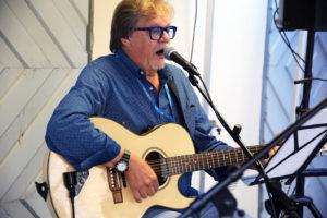 Mikko Alatalo laulattaa The Baltic Guiden kustantaman 100 laulua -laulukirjan lauluja lauantaina 13.4. kello 15.