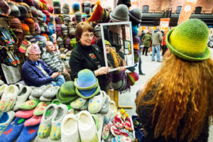 Virolaiset käsityöläiset ovat taitavia huopatuotteiden tekijöitä. Martin markkinoilta voi hankkia vaikka ensi talveksi huopapäähineen.