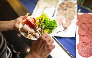 Buffet-ruokailu on laivalla suosituinta syömistä. Lapsillekin on oma buffet-pöytä.