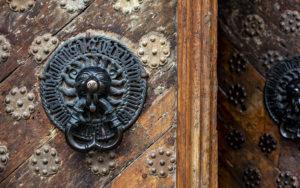 Suurkillan talon jyhkeissä tammisissa ovissa on pronssiset koputtimet, joita pidetään keskiajan valuosaamisen hienoimpina näytteinä.