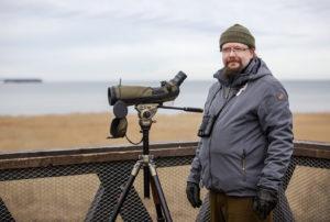 Moni suomalainen lintuharrastaja on siirtynyt retkeilemään Viron puolelle, koska lintumäärät ovat aivan toista luokkaa kuin Suomessa, sanoo Tallinnassa asuva Timo Nuoranen.
