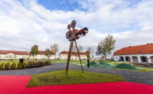 Maarjamäen historiakeskuksen pihalla on suuri lasten leikkipaikka.