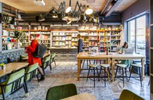 Kirja- ja kahvilafanin unelma on Rahva Raamatu Resto ja Pood, jossa yhdistyvät kirjakauppa ja ravintola.