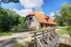 Lahmusen myllyssä Viljandin maakunnassa pääsee tutustumaan myllyissä käytettyjen laitteiden historiaan.
