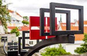 Legendan mukaan Tanskan Dannebrog-lippu laskeutui Tallinnaan vuonna 1219. Nyt paikalla on Tanskan kuninkaan puutarha, josta on hienot näkymät Vanhaankaupunkiin.