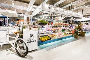 На новом стильном Рынке Балтийского вокзала можно купить как местные продукты, так и одежду, и дизайнерские вещи, и антиквариат – и все это в исторической атмосфере большого торгового зала.