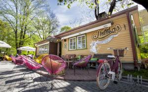 Tallinnan harvoista merenrantaterasseista yksi komeimpia on Sardiinid-ravintolalla Piritan kaupunginosassa.